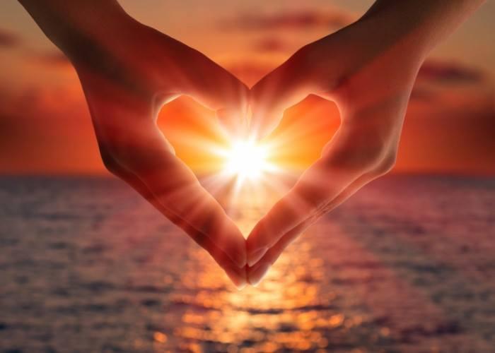 Все в энергетической системе человека вращается вокруг сердечного центра. Этот центр можно сравнить с внутренним солнцем.